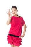 Kvinna i den röda klänningen som visar det reko tecknet fotografering för bildbyråer