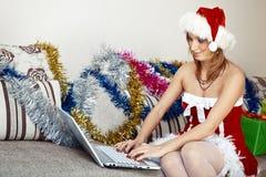 Kvinna i den Santa Claus dräkten fotografering för bildbyråer