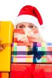 Kvinna i den Santa hatten och julgåvor royaltyfri foto