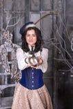 Kvinna i den 19th århundradejaktklänningen Royaltyfri Foto