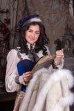 Kvinna i den 19th århundradejaktklänningen Arkivfoton