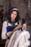 Kvinna i den 19th århundradejaktklänningen Arkivbild