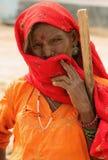 Kvinna i den Thar öknen i Indien Royaltyfria Foton