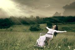 Kvinna i den utomhus- rullstolen Royaltyfria Foton