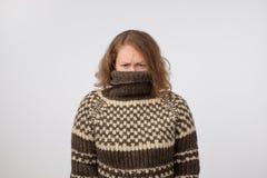 Kvinna i den varma bruna tröjan som döljer hennes framsida Endast ögon ses Hon önskar att bli anonymen arkivbilder