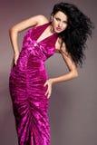 kvinna i den violetta klänningen Fotografering för Bildbyråer