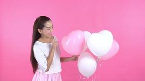 Kvinna i den vita klänningen med ballongen