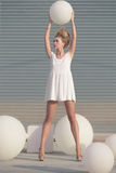 Kvinna i den vita klänningen med den vita bollen arkivbild