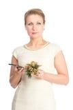 Kvinna i den vita klänningen med mobilen Royaltyfri Foto