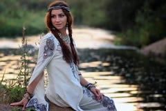 Kvinna i den vita klänningsolnedgången arkivbild
