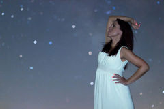 Kvinna i den vita långa klänningen under stjärnklar natt Kvinna som ser till den stjärnklara natten Kvinna under natthimmel, Arkivbilder