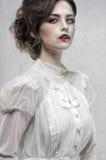Kvinna i den vita långa retro klänningen royaltyfria foton