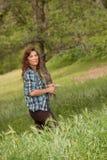 Kvinna i det gräs- fältet, röd bluff, CA Arkivbild