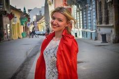 Kvinna i det röda omslaget Arkivfoto
