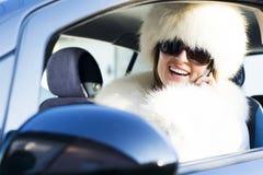 Kvinna i det vita laget på le för telefon Arkivbild