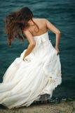 Kvinna i det vita near stormiga havet Arkivfoton
