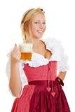 Kvinna i dirndl som dricker öl arkivbilder