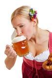 Kvinna i dirndl som dricker öl Royaltyfria Foton