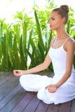Kvinna i djup begrundande, medan meditera arkivfoton