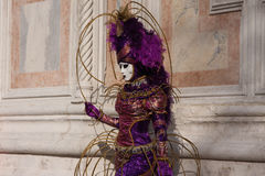 Kvinna i dräkt och maskering som poserar på karnevalet i Venedig, Italien royaltyfria bilder