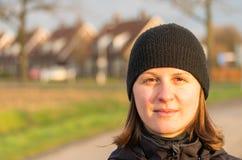 Kvinna i en by Arkivfoto
