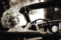 Kvinna i en bil Royaltyfria Bilder