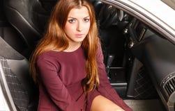 Kvinna i en bil Arkivbild