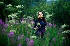Kvinna i en blå blus i en skogglänta royaltyfria foton