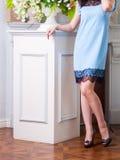 Kvinna i en blå gullig klänning royaltyfria bilder