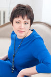 Kvinna i en blå klänning  Arkivfoton