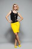 Kvinna i en gul kjol Royaltyfri Fotografi