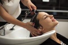 Kvinna i en hårsalong arkivbild