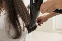 Kvinna i en hårsalong fotografering för bildbyråer