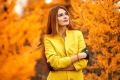 Kvinna i en höstskog arkivfoto
