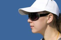 Kvinna i en hatt och solglasögon Fotografering för Bildbyråer