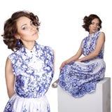 Kvinna i en klänning med en modellgzhel arkivbilder
