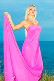 Kvinna i en lång rosa klänning. Arkivfoton