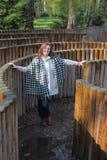 Kvinna i en labyrint Fotografering för Bildbyråer