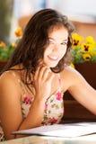 Kvinna i en läs- meny för restaurang Arkivbild