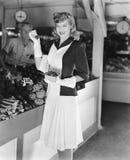 Kvinna i en marknad som upp väljer jordgubbar (alla visade personer inte är längre uppehälle, och inget gods finns Leverantörgara Royaltyfri Foto