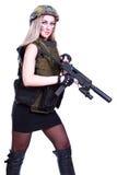 Kvinna i en militär kamouflage med en kulsprutepistol Arkivfoto