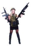 Kvinna i en militär kamouflage med två anfallgevär Royaltyfria Bilder