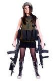 Kvinna i en militär kamouflage med två anfallgevär Arkivfoton
