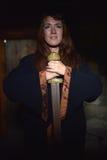 Kvinna i en mörk klänning med svärdet Fotografering för Bildbyråer