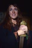 Kvinna i en mörk klänning med svärdet Arkivfoton