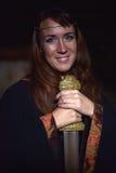 Kvinna i en mörk klänning med svärdet Arkivbilder
