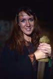 Kvinna i en mörk klänning med svärdet Royaltyfria Foton