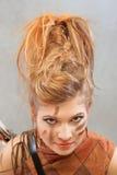 Kvinna i en orange dräkt, stående, mode, studio royaltyfria bilder