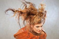 Kvinna i en orange dräkt, stående, mode, studio arkivfoton