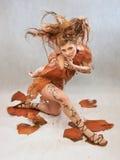 Kvinna i en orange utsmyckad dräkt, mode royaltyfri bild